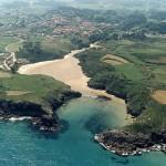 Playa de Poo en la costa de Llanes en Asturias