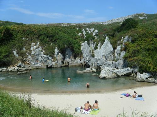 bañándose en la playa de gulpiyuri